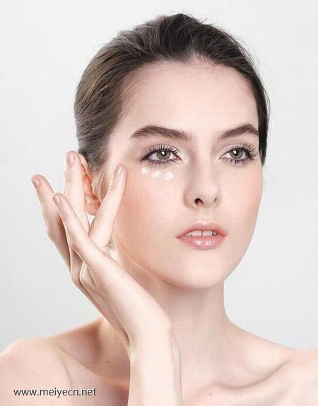消除黑眼圈的养眼操步骤 美容师眼周肌肤护理
